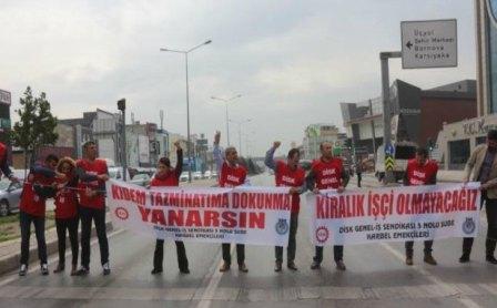 İşçiler yolu trafiğe kapatarak eylem gerçekleştirdi